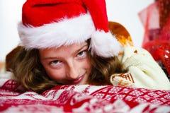 Adolescente en retrato rojo de la Navidad del sombrero de santa Imágenes de archivo libres de regalías