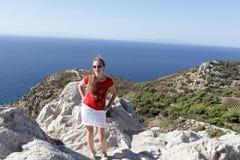 Adolescente en roca Foto de archivo libre de regalías