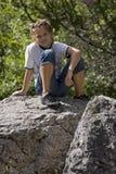 Adolescente en rocas Fotos de archivo libres de regalías