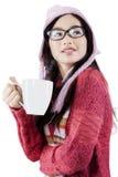 Adolescente en ropa caliente con la bebida caliente Imagen de archivo