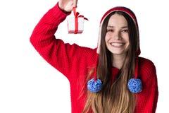 Adolescente en ropa caliente con un regalo en manos Fotos de archivo libres de regalías
