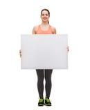 Adolescente en ropa de deportes con el tablero blanco Imágenes de archivo libres de regalías