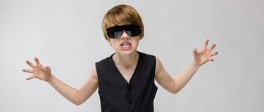 Adolescente en ropa de moda y vidrios Fotografía de archivo