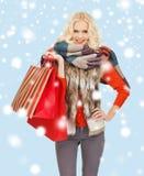 Adolescente en ropa del invierno con los panieres Imagen de archivo