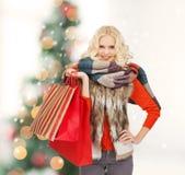 Adolescente en ropa del invierno con los panieres Imagenes de archivo