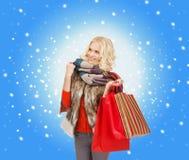 Adolescente en ropa del invierno con los panieres Fotografía de archivo