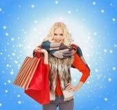 Adolescente en ropa del invierno con los panieres Foto de archivo libre de regalías