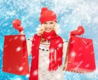 Adolescente en ropa del invierno con los panieres Fotos de archivo