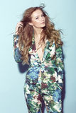 Adolescente en ropa floral Fotografía de archivo