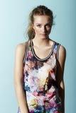 Adolescente en ropa floral Imagenes de archivo