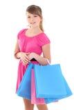 Adolescente en rosa después de hacer compras sobre blanco Imagenes de archivo