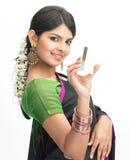 Adolescente en sari con de la tarjeta de crédito Fotografía de archivo