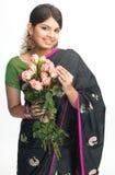 Adolescente en sari con las rosas rosadas Foto de archivo libre de regalías