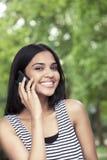Adolescente en smartphone Fotografía de archivo