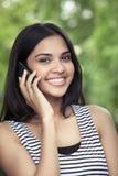 Adolescente en smartphone Fotografía de archivo libre de regalías