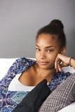 Adolescente en sofá Fotografía de archivo