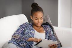 Adolescente en sofá Fotografía de archivo libre de regalías