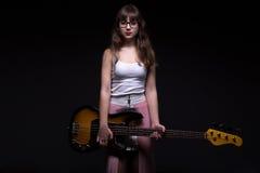 Adolescente en sombra con la guitarra Foto de archivo