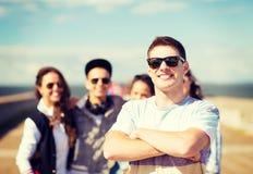 Adolescente en sombras afuera con los amigos Foto de archivo