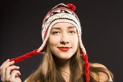 Adolescente en sombrero. oscuridad del estudio Imagenes de archivo
