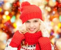 Adolescente en sombrero, silenciador y manoplas Fotos de archivo libres de regalías