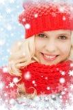 Adolescente en sombrero y bufanda rojos Fotografía de archivo