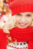 Adolescente en sombrero y bufanda rojos Fotos de archivo