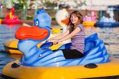 Adolescente en stationnement de l'eau Images libres de droits