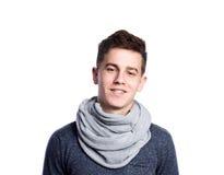 Adolescente en suéter y bufanda grises Tiro del estudio, aislado Fotos de archivo libres de regalías