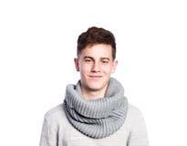 Adolescente en suéter y bufanda grises Tiro del estudio, aislado Imagen de archivo libre de regalías