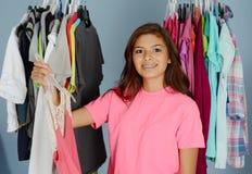 Adolescente en su armario Imagenes de archivo