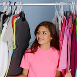Adolescente en su armario Foto de archivo