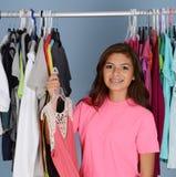 Adolescente en su armario Fotos de archivo