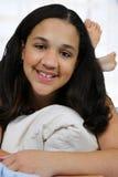 Adolescente en su cama Foto de archivo
