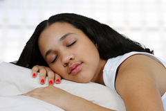 Adolescente en su cama Fotos de archivo