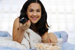 Adolescente en su cama Fotos de archivo libres de regalías