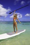 Adolescente en su paddleboard Imagen de archivo libre de regalías
