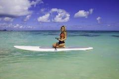 Adolescente en su paddleboard Imagen de archivo
