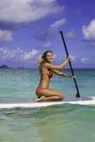 Adolescente en su paddleboard Fotos de archivo