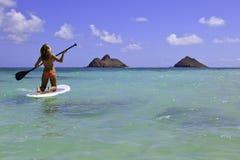 Adolescente en su paddleboard Fotografía de archivo libre de regalías