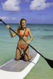 Adolescente en su paddleboard Foto de archivo libre de regalías