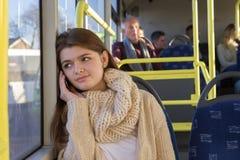 Adolescente en su teléfono en el autobús Imagen de archivo libre de regalías