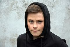 Adolescente en sudadera con capucha negra Imagenes de archivo