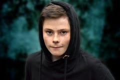 Adolescente en sudadera con capucha negra Imagen de archivo