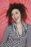 Adolescente en top rayado contra el papel pintado colorido Imágenes de archivo libres de regalías