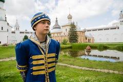 Adolescente en traje ruso nacional en el Kremlin Rostov grande Fotografía de archivo