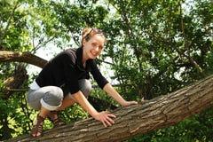 Adolescente en un árbol Imagen de archivo libre de regalías