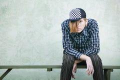 Adolescente en un banco Fotos de archivo libres de regalías