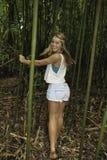 Adolescente en un bosque de bambú Imagen de archivo libre de regalías