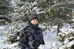 Adolescente en un bosque del pino en invierno Foto de archivo